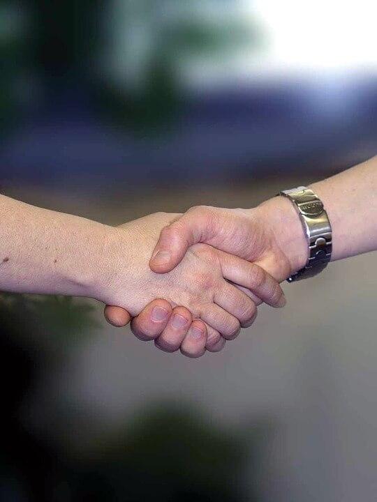 職場ストレスは握手で簡単解消できる?他にも簡単解消法を紹介してみる。
